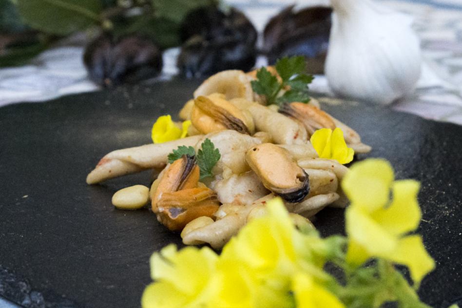 Orecchiette and macaroni, Cicerchia chickpeas, mussels